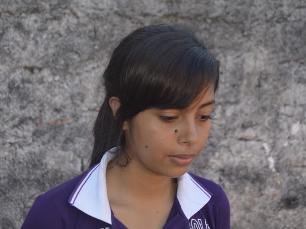 Estudante Ruth Helena perdeu livros, apostilas e o cartão de inscrição do Enem (Foto: Johnwene Silva/G1)