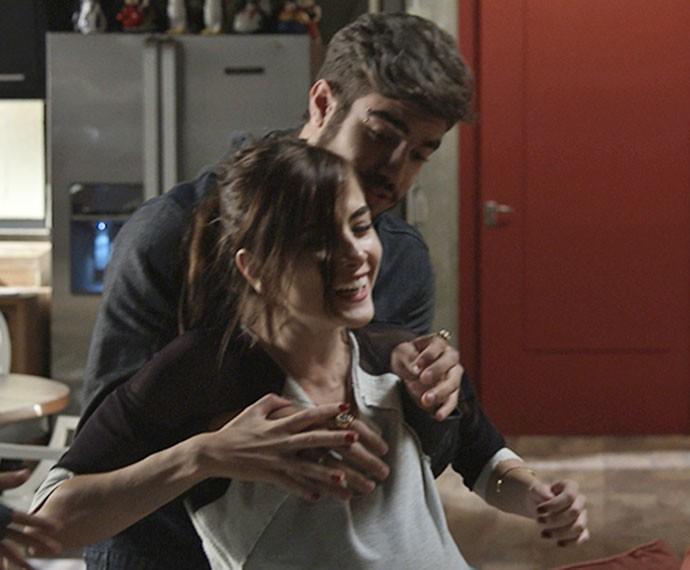 Margot perde o equilíbrio, e Grego segura a arquiteta (Foto: TV Globo)