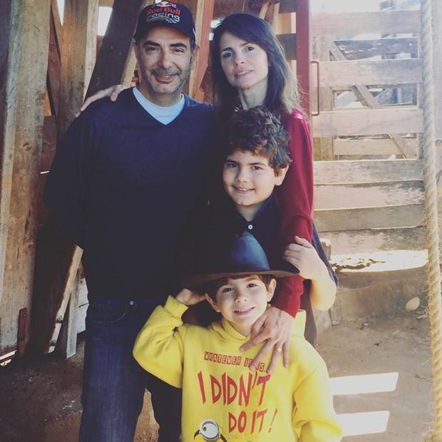 Juliana com o marido e os filhos (Foto: Arquivo pessoal)
