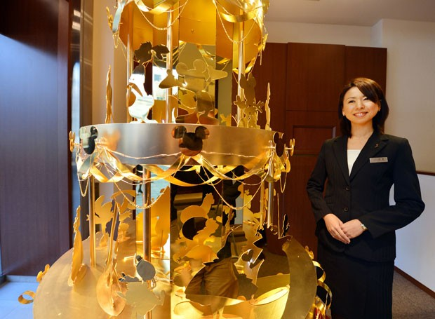 Árvore foi feita de 40 quilos de ouro puro. (Foto: Kazuhiro Nogi/AFP)