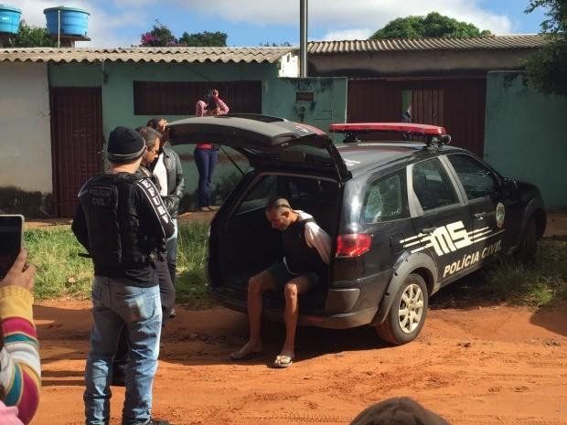 Suspeito de matar a avó chega no local da resconstituiçao (Foto: Gabriela Pavão/ G1 MS)
