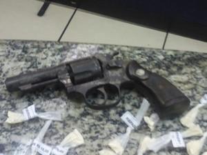 Drogas e arma apreendida com suspeito (Foto: Divulgação/ Polícia Militar)