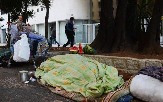 Moradores de rua enfrentam o frio no Centro de São Paulo (Foto: Rovena Rosa/Agência Brasil)