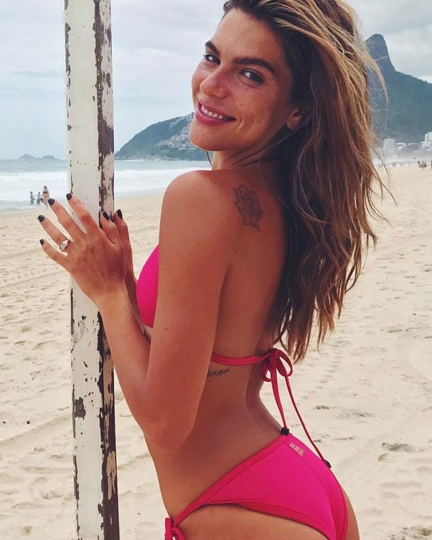 Bonita por natureza, Mariana Goldfarb aproveita praia e ganha elogios de fãs nas redes sociais