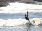 Leandro Hassum pratica stand up paddle em praia no Rio