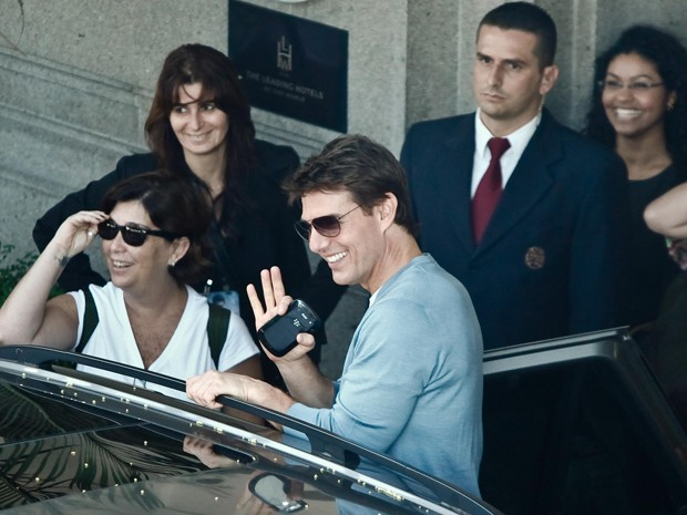 Tom Cruise sorriu e acenou para fâs na saída do hotel (Foto: Christian Rodrigues)