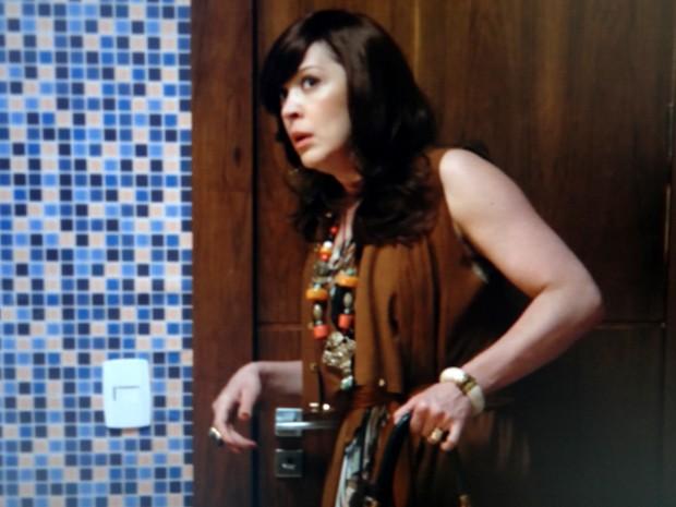 Samantha consegue entrar no quarto de Caíque (Foto: TV Globo)
