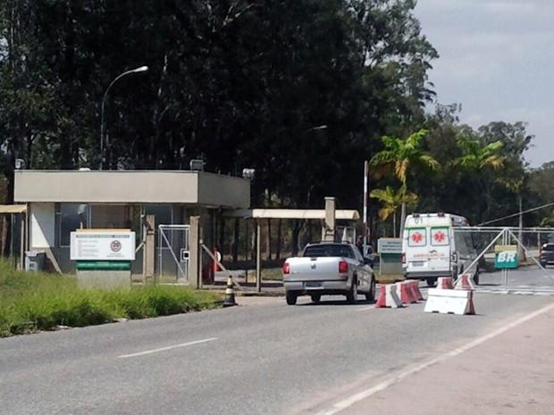 Explosão deixa operários feridos em refinaria da Petrobras em São José (Foto: Daniel Corrá/G1)
