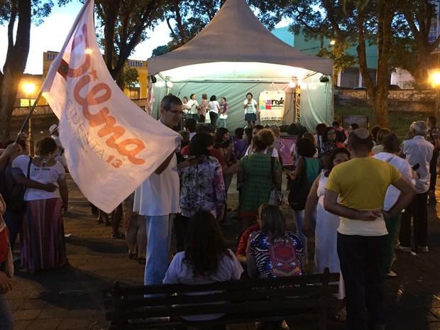 Em João Pessoa, grupo se reuniu na Praça Pedro Américo (Foto: Walter Paparazzo/G1)