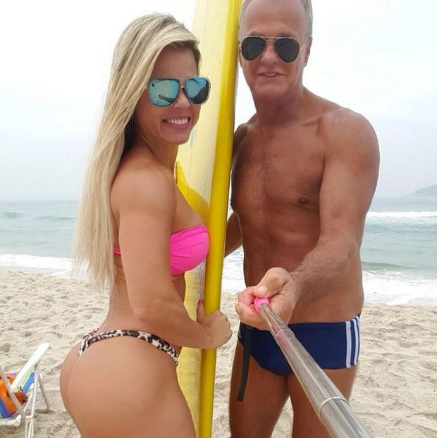Kadu Moliterno curte dia na praia com a namorada (Foto: Instagram / Reprodução)