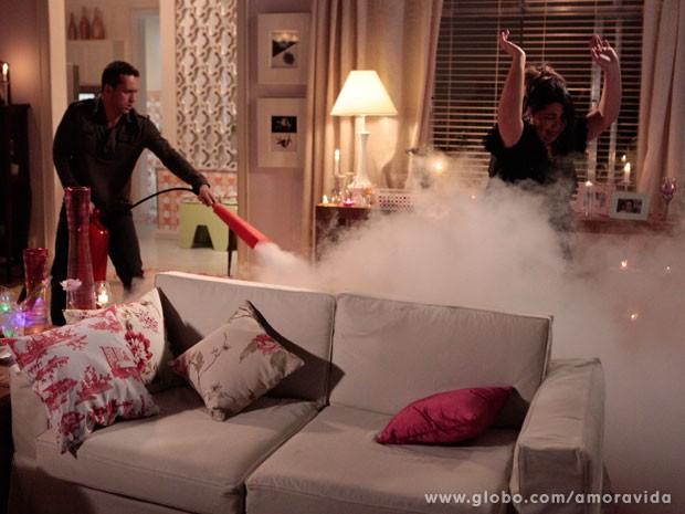 Perséfone acaba pegando fogo e é salva por Daniel (Foto: Amor à Vida / TV Globo)