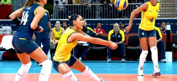 Jaqueline do Brasil na partida de vôlei contra a China (Foto: Reuters)