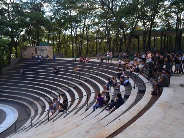 Previsto para ter início às 16h deste sábado (1º), o Reabe Arena, evento marcado para a reinauguração do Teatro de Arena, começou com um público tímido em Ribeirão Preto (SP). Mesmo após ter passado um ano e oito meses fechado para reformas, o convite par (Foto: Luan Amaral/G1)