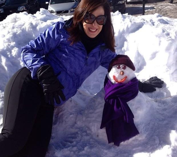 Claudia Raia brincando na neve: o inverno chegou! (Foto: Reprodução/Instagram)
