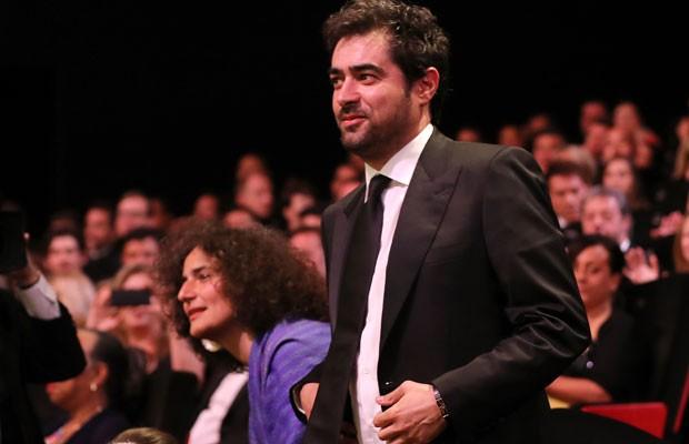 """O iraniano Shahab Hosseini recebe o prêmio de melhor ator por """"Forushande"""" da 69ª edição do Festival de Cannes. (Foto: Alberto Pizzoli/France Presse)"""