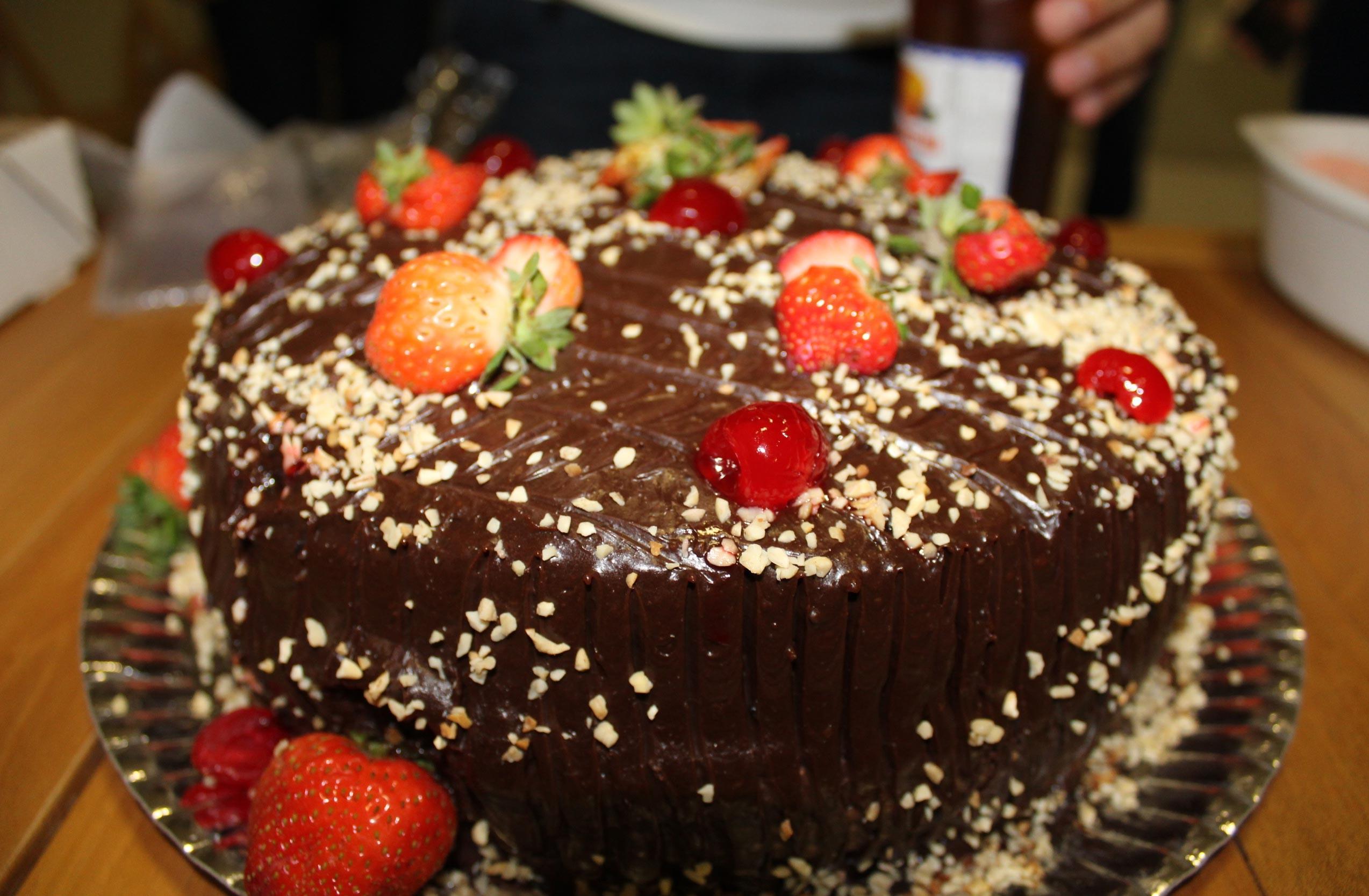 Equipe do Programão surpreendeu a colega com festinha surpresa, bolo, doces e salgados. (Foto: Katylenin França/TV Clube)