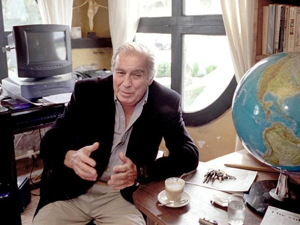O artista plástico uruguaio Carlos Páez Vilaró em Casapueblo, sua residência em Punta Ballena, em outubro de 2002 (Foto: AFP PHOTO/PANTA ASTIAZARÁN)