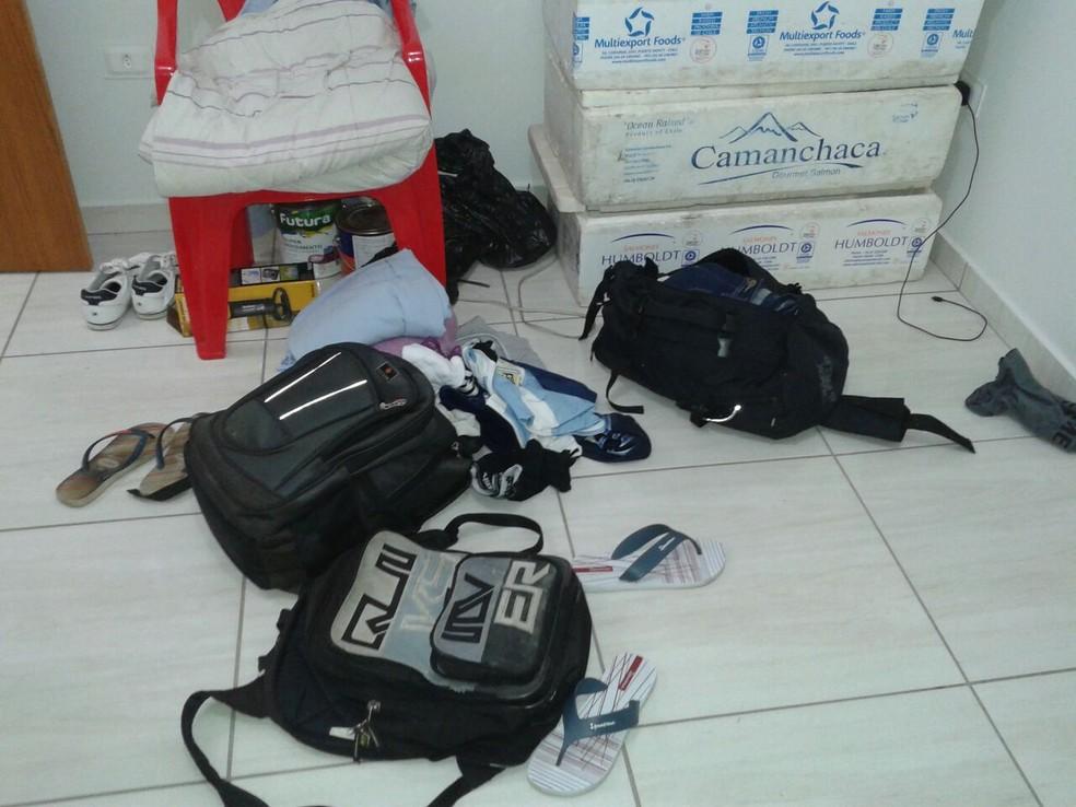 Produtos utilizados em golpes estavam em uma casa no Residencial Maré Mansa (Foto: Polícia Militar/Cedida)