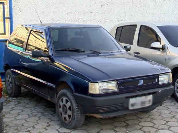 Carro usado para dar fuga aos criminosos foi apreendido (Foto: Reprodução/ TV Gazeta)