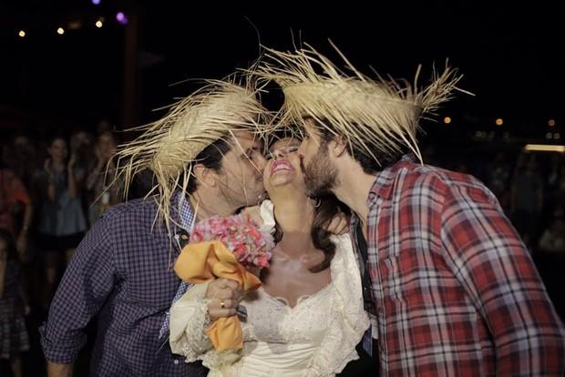 Narcisa Tamborindeguy entre os noivos, Flavio Sarahyba e Luly Marcondes  (Foto: Rafael Hansen / Divulgação)