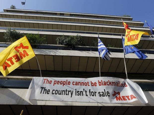'O povo não pode ser chantageado. O país não está à venda', diz faixa colocada por manifestantes nos escritórios da União Europeia em Atenas (Foto: Yannis Behrakis/Reuters)