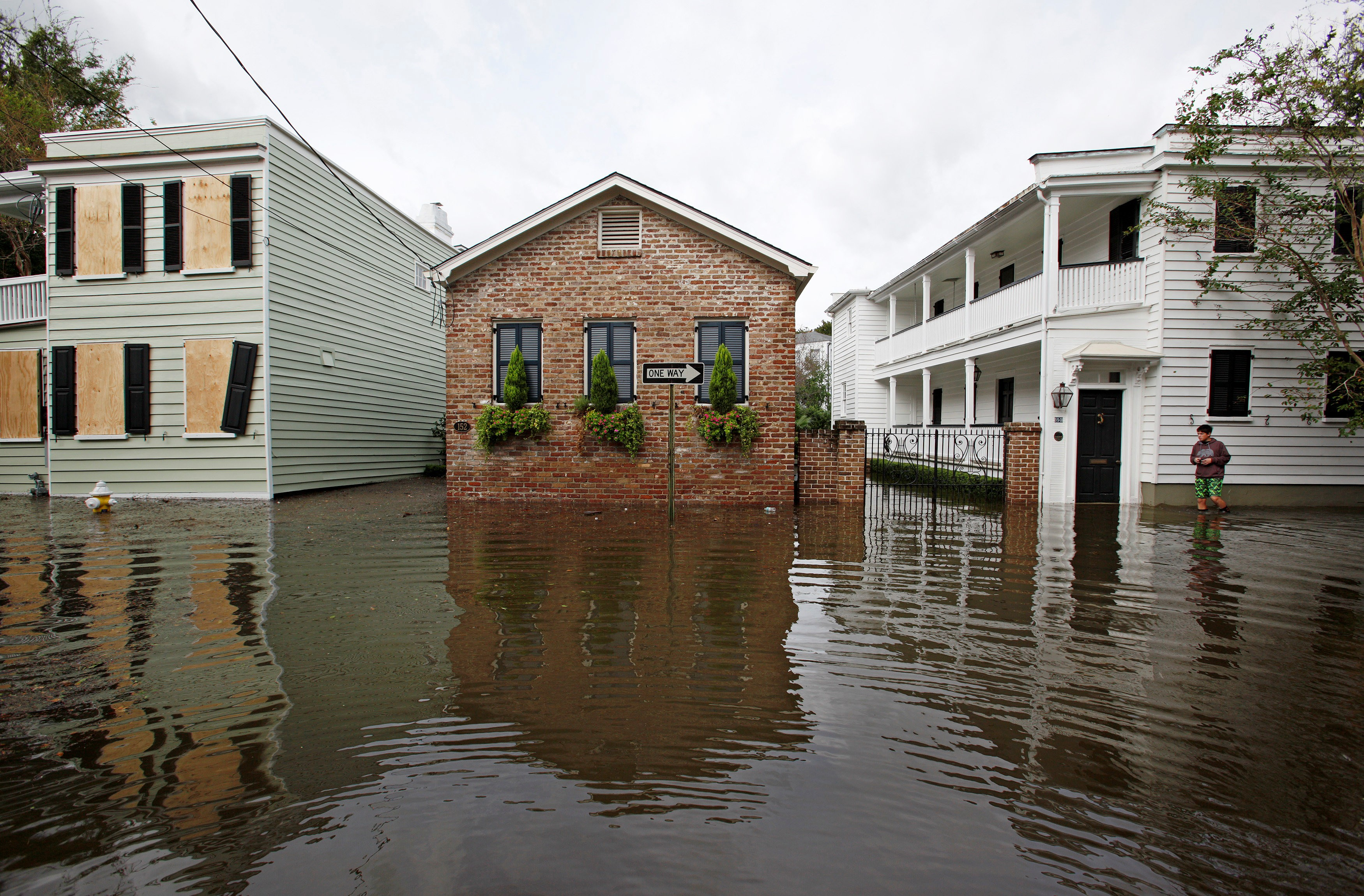 Ruas ficam alagadas em Charleston, Carolina do Sul, com passagem do furacão Matthew pelos EUA