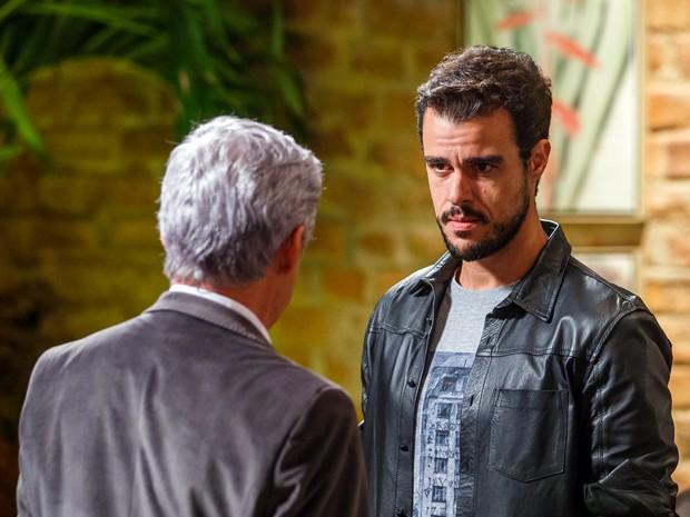 Enrico diz que quer falar com Vicente antes de ir embora  (Foto: Artur Meninea/TV Globo)