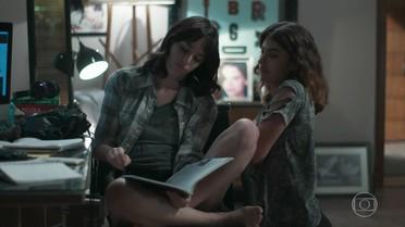 Lica e Samantha conversam sobre a saída dela do Colégio Grupo