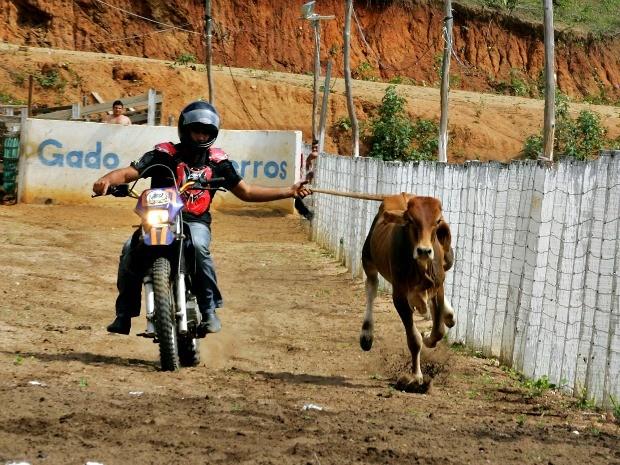 Na motojada, participantes trocam o cavalo por uma moto. Segundo produtor de eventos, é a segunda vez que a modalidade é promovida no Ceará (Foto: José Leomar/ Agência Diário)