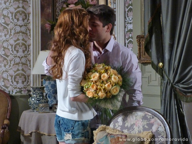 Beijo do casal deixa clima desconfortável (Foto: Amor à Vida/ TV Globo)