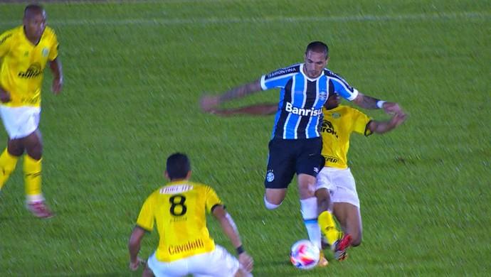 Braian Rodríguez em partida de Grêmio e Ypiranga (Foto: Reprodução/RBS TV)