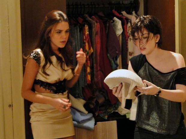 Alexia e Nat acham barriga de espuma e descobrem falsa gravidez de Cristal (Foto: Divulgação/TV Globo)