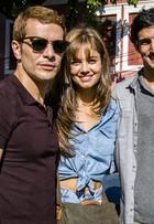 Daniel de Oliveira, Sophie Charlotte e Renato Góes posam em gravação