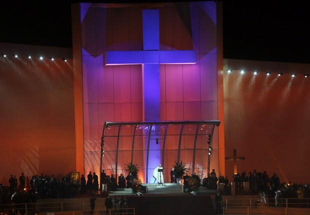 Papa Francisco no palco da Jornada Mundial da Juventude em Copacabana (Foto: Enric Marti/AP)