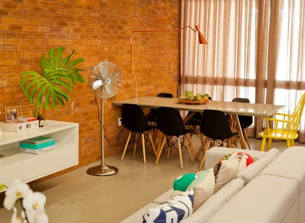 Sala de Jantar | Mesa Jantar da Azzura Móveis. Luminária da Center Luz. Cortina da Renova Casa (Foto: Maurício Pokemon/Divulgação )