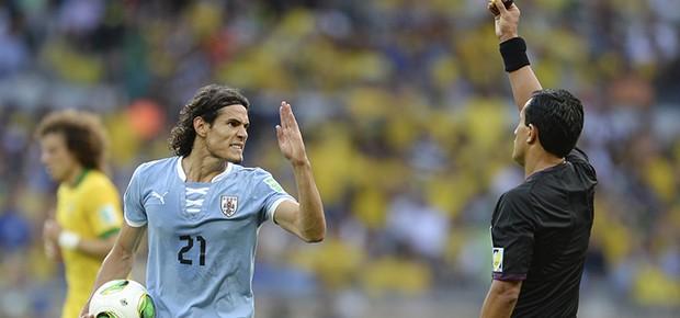 Edinson Cavani, do Uruguai, leva cartão amarelo (Foto: AP Photo/Eugenio Savio)