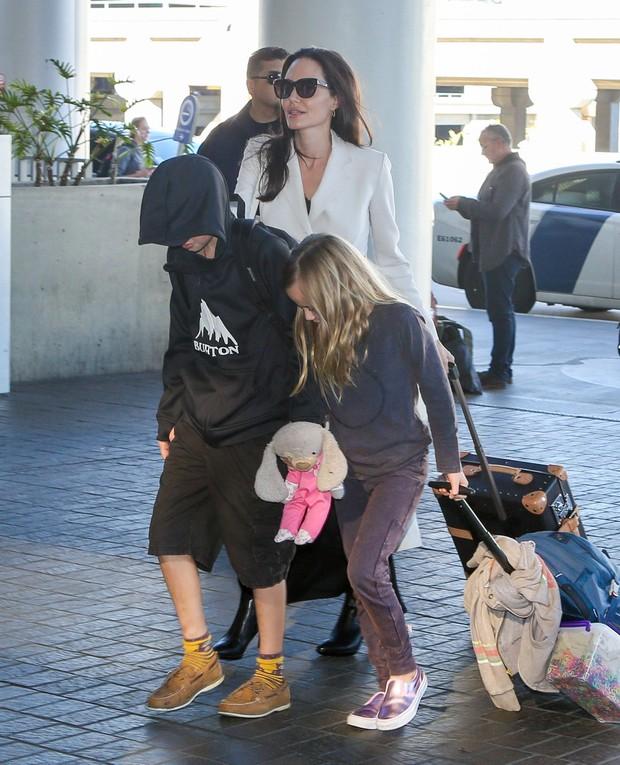 Angelina Jolie com os filhos em aeroporto (Foto: X17 Online)