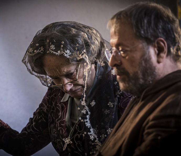 Encarnação implora ajuda do padre para poder conversar com o bisneto (Foto: Inácio Moraes/Gshow)