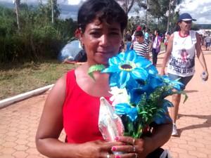 Dona de casa Marlene Cordeiro chega para a procissão da Via Sacra em Planaltina, no DF (Foto: Isabella Calzolari/G1)