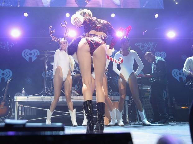 Miley Cyrus se apresenta em Los Angeles, nos Estados Unidos (Foto: Kevin Mazur/ Getty Images)