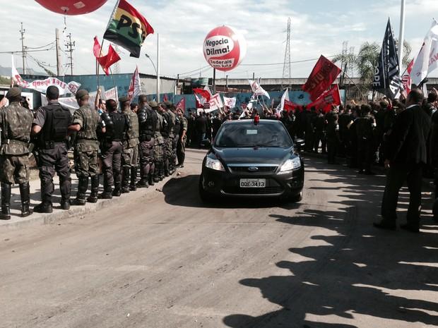Comitiva da presidente Dilma passa em meio à manifestação em Manguinhos, no Rio (Foto: Daniel Silveira/G1)