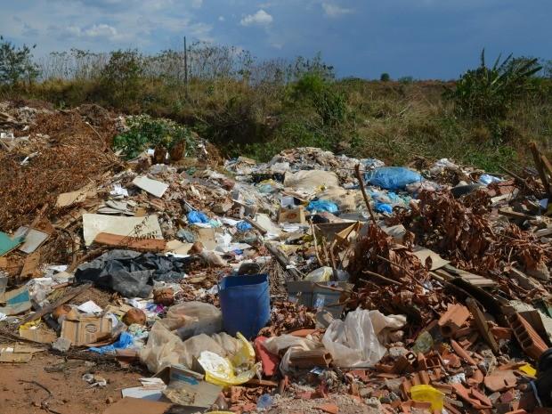 Entulho e lixo doméstico é descartado em cratera, em Vilhena, RO (Foto: Lauane Sena/G1)