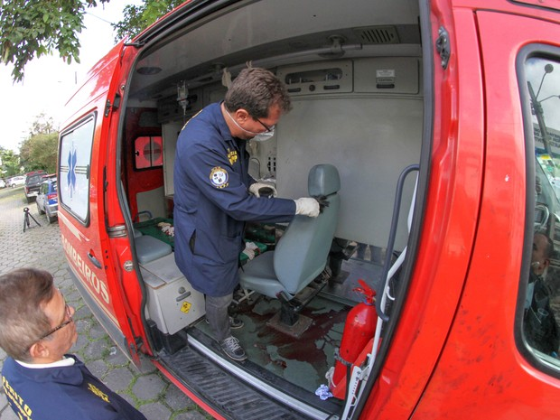Perícia na ambulância onde suspeito de balear PM foi executado (Foto: Aldo Carneiro/ Pernambuco Press)