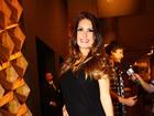 Grávida, Natália Guimarães recebe o carinho do namorado, Leandro