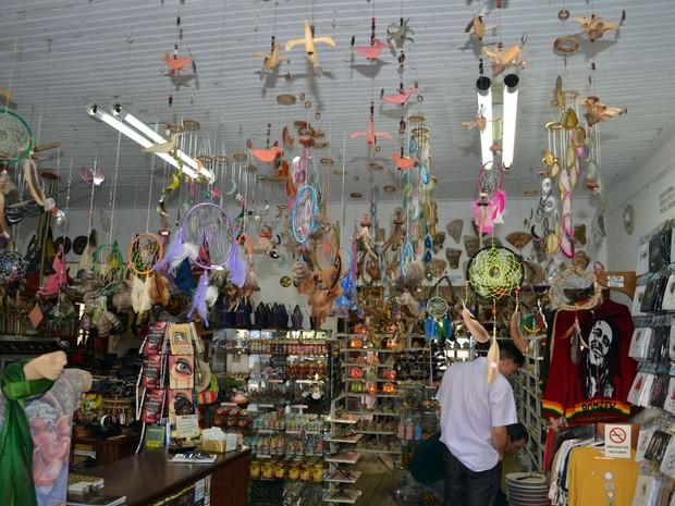 Lojas de artesanato estão espalhadas pela cidade (Foto: Tiago Campos / G1)