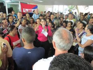 Presidente do Sinte discursa para a categoria durante protesto (Foto: Gustavo Almeida/G1)