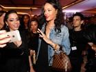 Anitta fura bloqueio de segurança para tietar Rihanna em saída de hotel