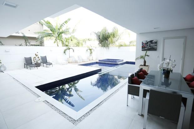 Ana De Biase abre sua casa triplex de 900 m² na Barra de Tijuca, no RJ, e mostra detalhes da decoração dos ambientes ao lado do marido, João Tristão, e do filho, João Vitor (Foto: Marcos Serra Lima / Ego)