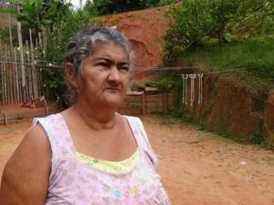 Aposentada Diná Soares teme tragédia (Foto: Genival Moura/G1)
