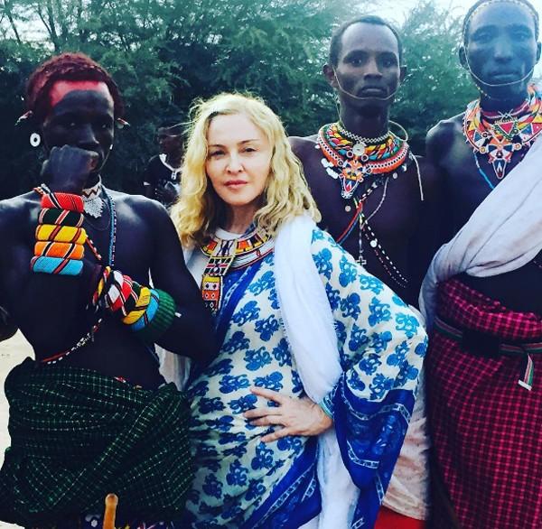 Madonna posa com tribo africana no Quênia (Foto: Reprodução / Instagram)